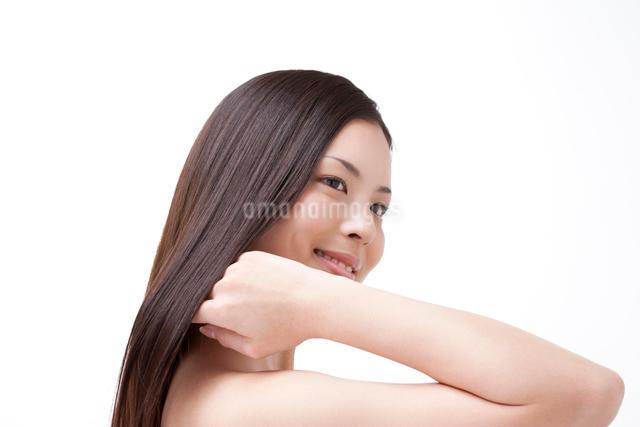 髪を撫でる女性の写真素材 [FYI01349759]