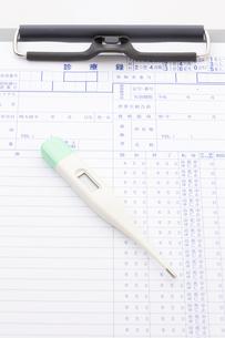 診療録と体温計の写真素材 [FYI01349992]