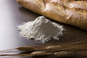 小麦粉とパンの写真素材 [FYI01350032]
