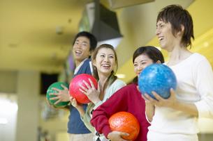 ボーリング球を持つ4人の若者の写真素材 [FYI01350073]