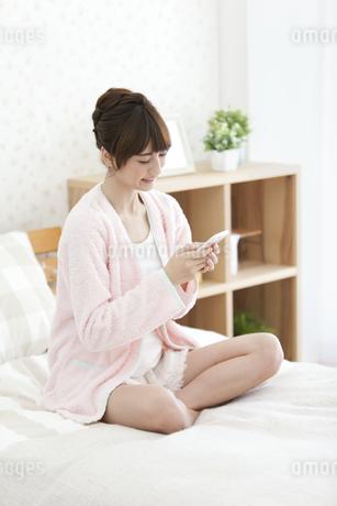 スマートフォンを見る女性の写真素材 [FYI01350076]