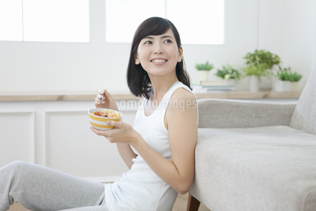 シリアルを食べる女性の写真素材 [FYI01350102]