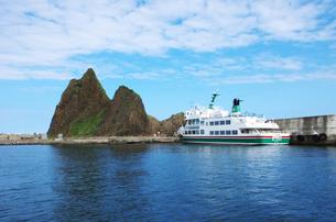 三角岩と知床観光船の写真素材 [FYI01350222]