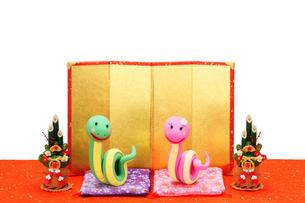 ヘビのカップルと金屏風の写真素材 [FYI01350248]