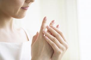 手をなでる日本人女性の写真素材 [FYI01350289]