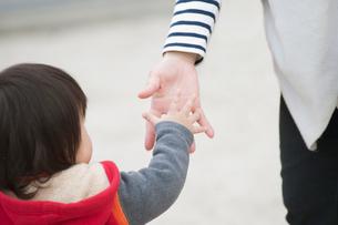 手を合わせる親子の写真素材 [FYI01350323]