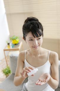 スキンケアをする女性の写真素材 [FYI01350401]