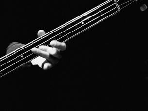 ベースギターを弾く手の写真素材 [FYI01350461]