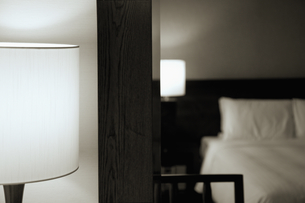 スタンドライトと鏡に映るベッドの写真素材 [FYI01350475]