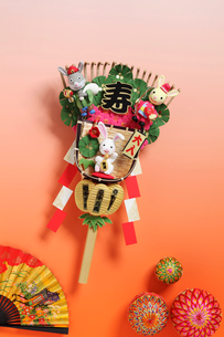 兔の大黒様と恵比寿様と招き兎の熊手と扇子と毬の写真素材 [FYI01350478]