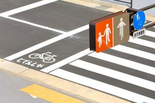 道路標識と横断歩道の写真素材 [FYI01350480]