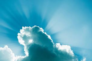 雲間からさし込む光芒の写真素材 [FYI01350595]