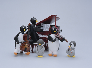 ペンギンたちの楽器演奏の写真素材 [FYI01350662]
