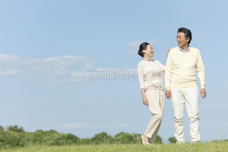 笑顔で話す中高年夫婦の写真素材 [FYI01350718]