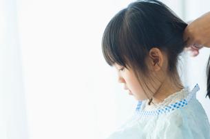 散髪をする女の子の写真素材 [FYI01350983]