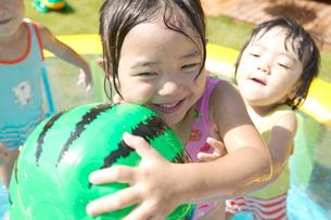 プールで水遊びをする子ども達の写真素材 [FYI01351007]
