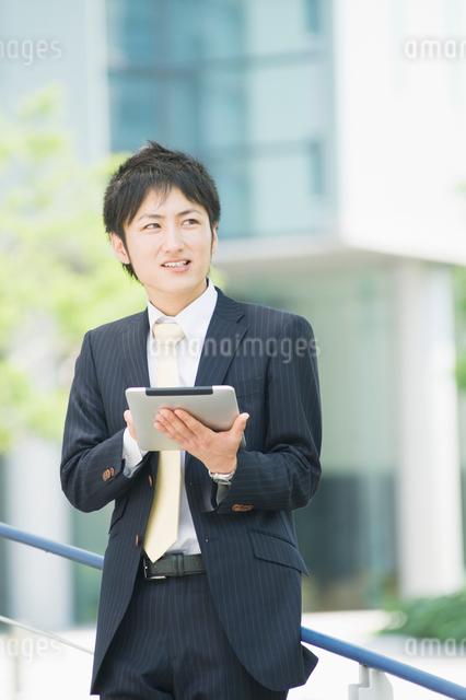 タブレットを操作するビジネスマンの写真素材 [FYI01351510]