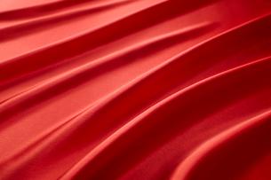 波打った赤色の布の写真素材 [FYI01351624]