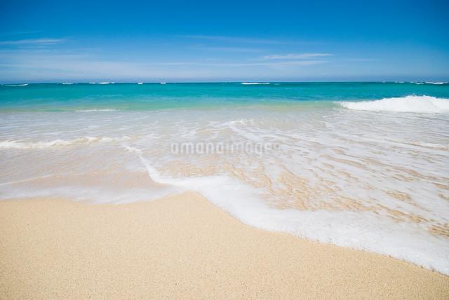打ち寄せる波の写真素材 [FYI01351677]