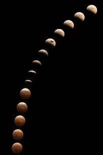皆既月食合成の写真素材 [FYI01352127]
