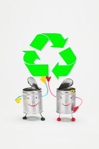 リサイクルマークと缶のカップルの写真素材 [FYI01352286]