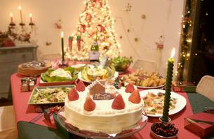クリスマスケーキとパーティ料理の写真素材 [FYI01352508]