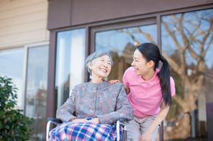 介護士さんと車椅子に乗ったおばあちゃんの写真素材 [FYI01352545]