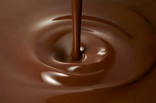 液体のチョコレートの中に垂れるチョコレートの写真素材 [FYI01352731]