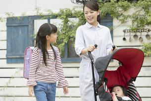 ベビーカーを押す母親と女の子の写真素材 [FYI01353187]