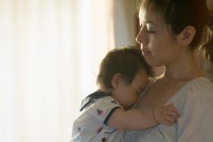母親の胸で眠る赤ちゃんの写真素材 [FYI01353509]