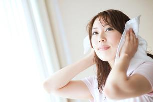 髪の毛を乾かす女性の写真素材 [FYI01353536]