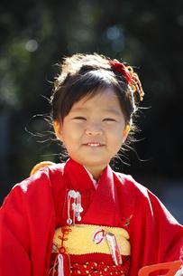 笑顔を見せる初詣の3歳の少女の写真素材 [FYI01353543]