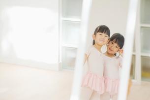 鏡の中でポーズをとる二人の女の子の写真素材 [FYI01353551]