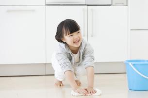 床を拭いている女の子の写真素材 [FYI01353774]