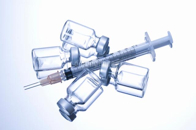 注射器とワクチンの写真素材 [FYI01353780]