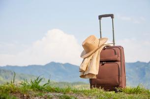 旅行鞄と帽子の写真素材 [FYI01353844]