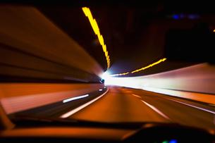 トンネル内を走る車の写真素材 [FYI01354061]
