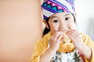ホットケーキを食べる女の子の写真素材 [FYI01354404]
