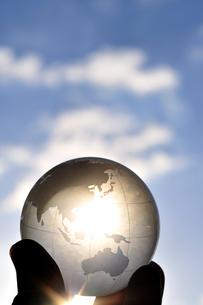 地球儀を持つ手の写真素材 [FYI01354495]