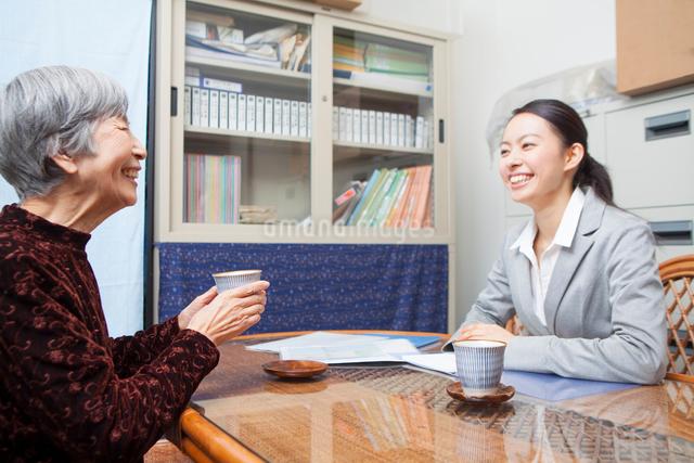 ケアプランを話し合うシニア女性と介護福祉士の写真素材 [FYI01354617]