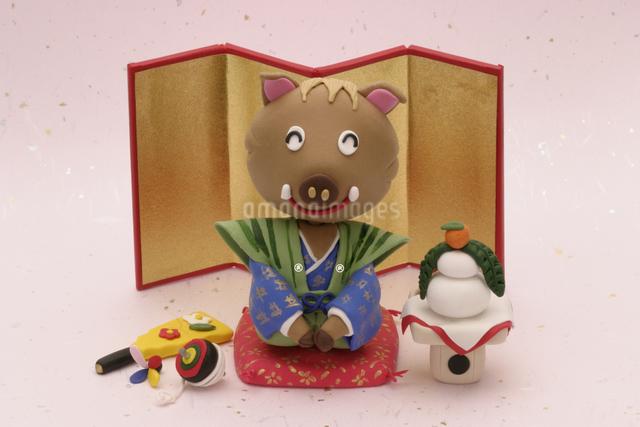 金屏風の前で座布団に座る猪の写真素材 [FYI01354763]