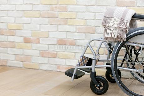 レンガ壁前の車椅子の写真素材 [FYI01354764]
