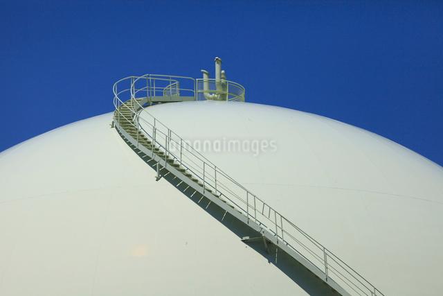 ガスタンクとメンテナンス階段の写真素材 [FYI01354804]