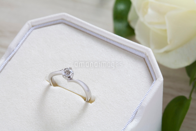 結婚指輪とブートニアの写真素材 [FYI01355135]