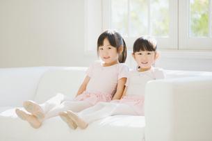 ソファでくつろぐバレエ姿の二人の女の子の写真素材 [FYI01355320]