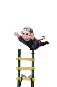 はしごで演技をする申の写真素材 [FYI01355357]