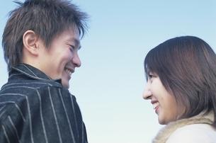 見つめ合う日本人カップルの写真素材 [FYI01355409]