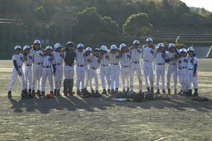 一列に肩を組む少年達の写真素材 [FYI01355429]