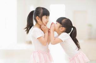 ひそひそ話をする二人の女の子の写真素材 [FYI01355649]