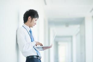ノートパソコンを操作するビジネスマンの写真素材 [FYI01355667]
